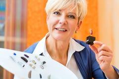 有助听器的聋妇女 免版税库存图片