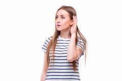有听力障碍或听力丧失的少妇托起她的在她的耳朵后的手有她的头的避开尝试 免版税库存图片