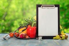 有听诊器、测量的磁带和另外vegetab的剪贴板 库存图片