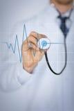 有听诊器听的心跳的医生手 免版税库存图片