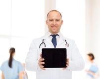 有听诊器和片剂个人计算机的微笑的男性医生 库存图片