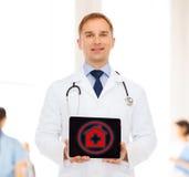 有听诊器和片剂个人计算机的微笑的男性医生 图库摄影