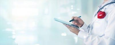 有听诊器感人的体格检查信息网络的医生 免版税库存图片