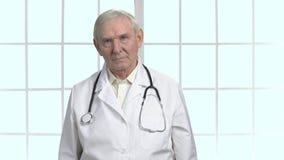 有听诊器画象的担心的严肃的老医生 影视素材