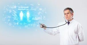 有听诊器的专业研究员 免版税库存图片