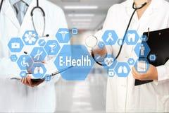 有听诊器的医生和在医疗网的E健康词 图库摄影