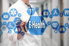 有听诊器的医生和在医疗网的E健康词 免版税图库摄影