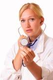 有听诊器的可爱的医生妇女 免版税库存照片