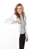 有听诊器的微笑的女性医生和白空白的委员会,是 库存照片