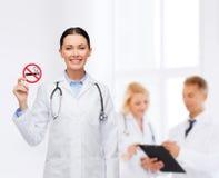 有听诊器的微笑的女性医生 免版税图库摄影