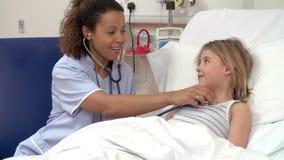 有听诊器的护士在医院病床上的审查女孩 股票视频