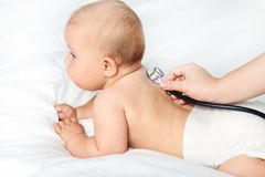 有听诊器的新出生的婴孩 免版税图库摄影