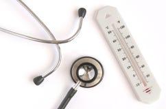 有听诊器的温度计 免版税库存图片