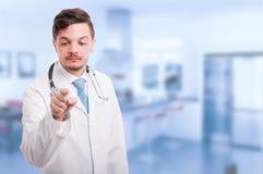 有听诊器的男性军医与未来派屏幕一起使用 免版税库存照片