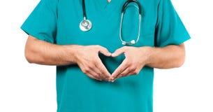 有听诊器的男性医生做心脏形状 免版税图库摄影
