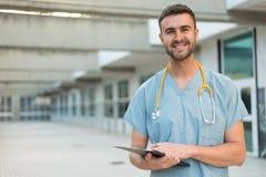 有听诊器的男性护士 免版税库存照片