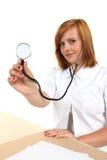 有听诊器的美丽的女性医生 免版税库存图片