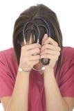 有听诊器的被注重的生气年轻女性医生 库存图片