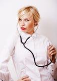 有听诊器的年轻俏丽的妇女医生在白色背景我 库存图片