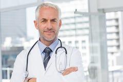 有听诊器的医生在他的脖子上 库存图片