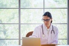 有听诊器运作的文字的医生在与clipbo的文书工作 免版税库存图片
