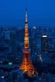 有启发性东京铁塔和地平线在从六本木新城的晚上 库存照片