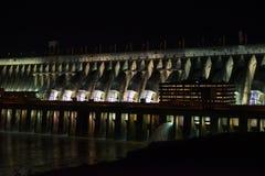 有启发性伊泰普水电站水坝巨人堰坝的看法 免版税图库摄影