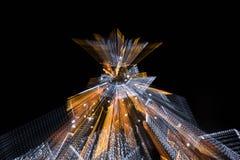 有启发性假圣诞树在与徒升作用的晚上 库存图片