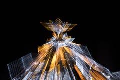 有启发性假圣诞树在与徒升作用的晚上 免版税图库摄影