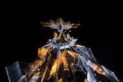 有启发性假圣诞树在与徒升作用的晚上 免版税库存图片