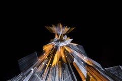 有启发性假圣诞树在与徒升作用的晚上 图库摄影