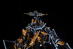 有启发性假圣诞树在晚上 库存照片
