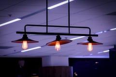 有启发性减速火箭的样式电灯泡 免版税库存照片