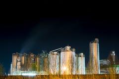 有启发性化工厂在晚上 免版税库存图片