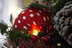 有启发性圣诞树球 抽象空白背景圣诞节黑暗的装饰设计模式红色的星形 免版税库存照片