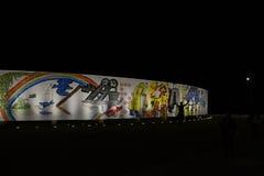 有启发性壁画的看法在伊泰普水电站水坝的 免版税库存照片