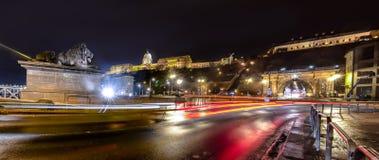 有启发性布达佩斯夜视图有多瑙河、宫殿和桥梁的 库存照片