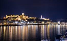 有启发性布达佩斯夜视图有多瑙河、宫殿和桥梁的 库存图片
