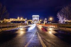 有启发性布达佩斯夜视图有多瑙河、宫殿和桥梁的 免版税库存照片