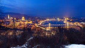 有启发性布达佩斯夜视图有多瑙河、议会、宫殿和桥梁的 免版税库存照片