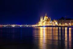 有启发性布达佩斯夜视图有多瑙河、议会和桥梁的 库存照片