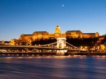 有启发性布达城堡和铁锁式桥梁在多瑙河在布达佩斯在夜之前,匈牙利 免版税库存图片