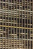 有启发性摩天大楼Windows在晚上 免版税库存照片