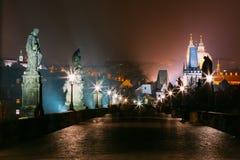 有启发性查理大桥夜视图在布拉格,捷克 免版税图库摄影