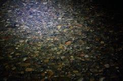 有启发性河岩石在水下的晚上 免版税库存照片