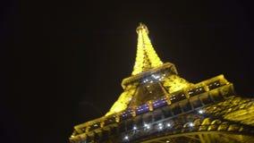 有启发性艾菲尔铁塔,移动,好象跳舞向音乐的照相机夜视图  影视素材