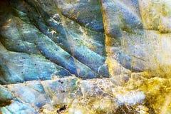 有启发性蓝色和黄色水晶月长石岩石 免版税库存图片