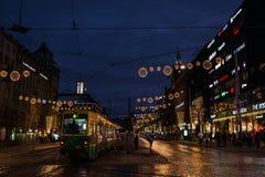 有启发性街道在圣诞节期间的赫尔辛基 库存图片