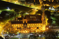 有启发性较小大教堂在夜鸟瞰图之前 图库摄影