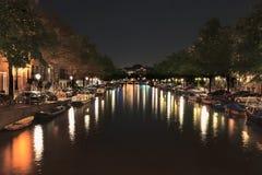 有启发性运河在夜之前,阿姆斯特丹,荷兰 库存照片